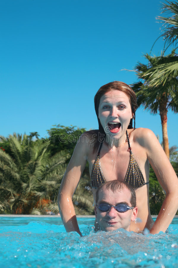 Pares en una piscina fotografía de archivo libre de regalías
