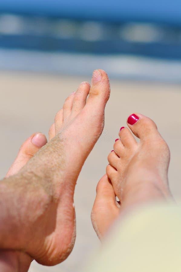 Pares en una playa - pies desnudos imagen de archivo libre de regalías