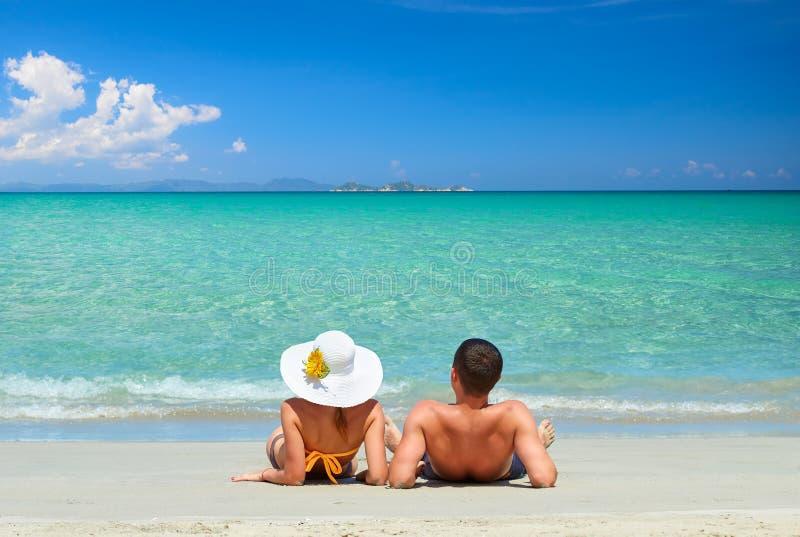 Pares en una playa tropical imágenes de archivo libres de regalías