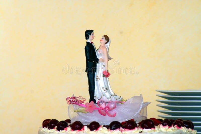 Pares en una torta de boda imagen de archivo libre de regalías