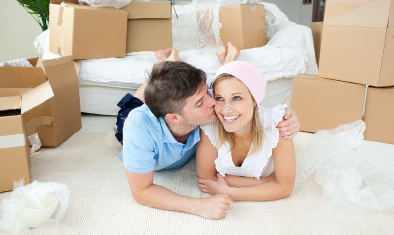 Pares enamorados que se relajan después de mover fotos de archivo