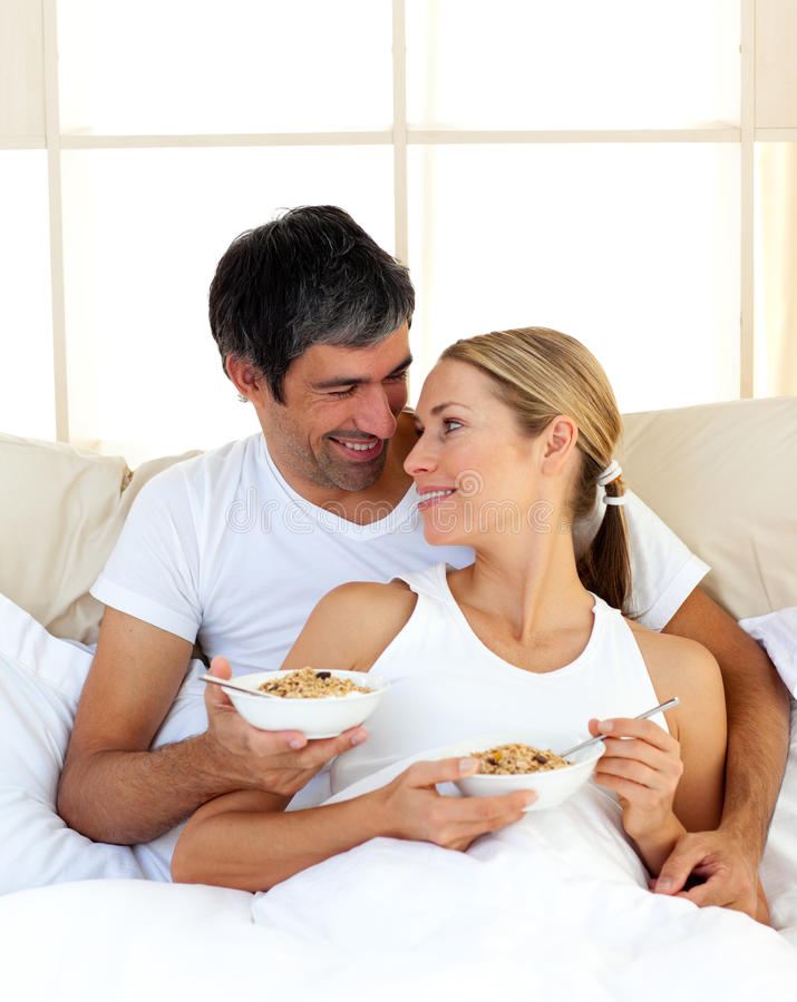 Download Pares Encantadores Que Comem O Pequeno Almoço Foto de Stock - Imagem de manhã, dentro: 12811938