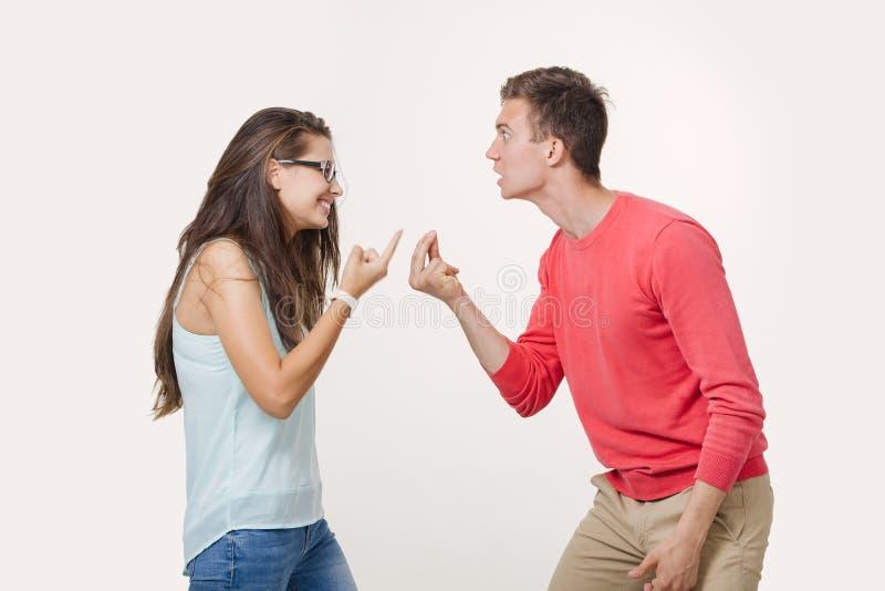 Pares enojados que discuten el griterío el uno al otro Estudio tirado en el fondo blanco Discordia en la relación divergencia foto de archivo libre de regalías