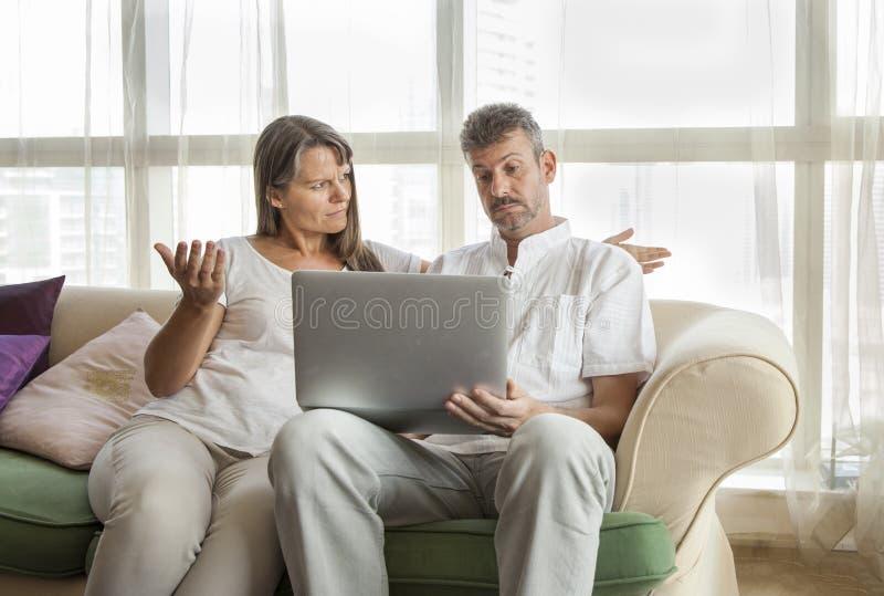 Pares envejecidos centro con un ordenador fotos de archivo