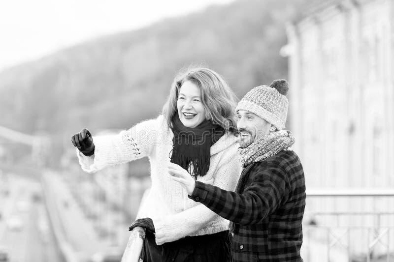 Pares envelhecidos médios emocionais que apontam na distância fotos de stock