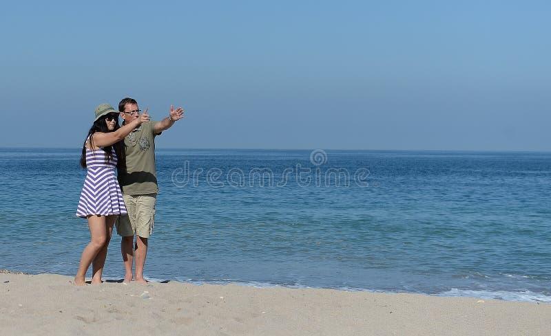 Pares envelhecidos meio no Sandy Beach foto de stock royalty free