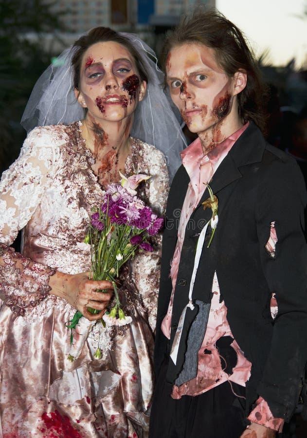 Pares espeluznantes de la boda del horror del zombi fotos de archivo libres de regalías