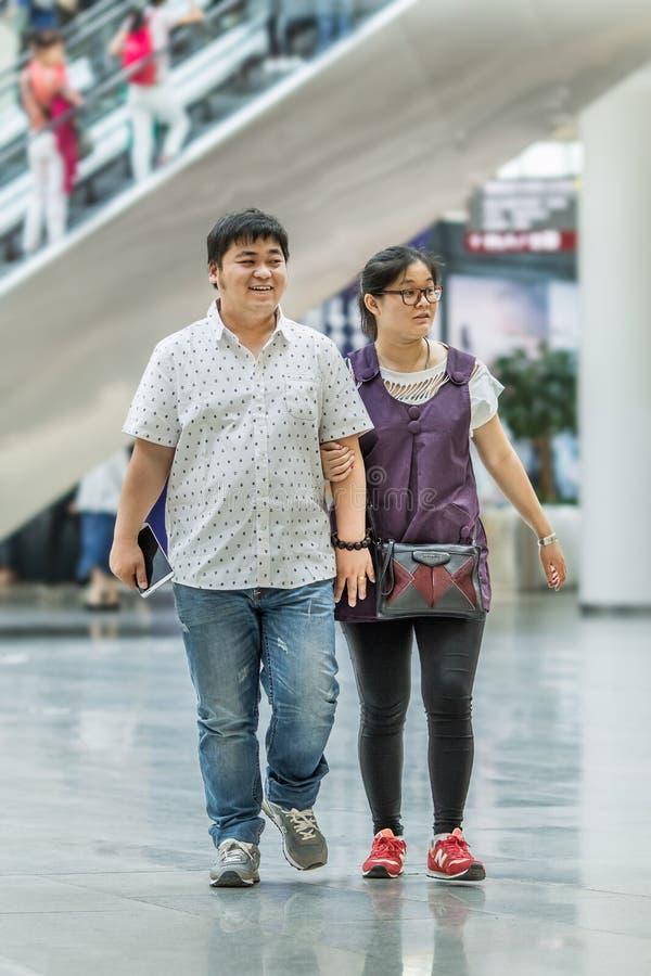 Pares excessos de peso no shopping, Pequim, China imagens de stock royalty free