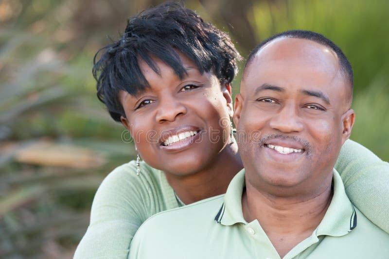 Pares felices atractivos del afroamericano imagen de archivo