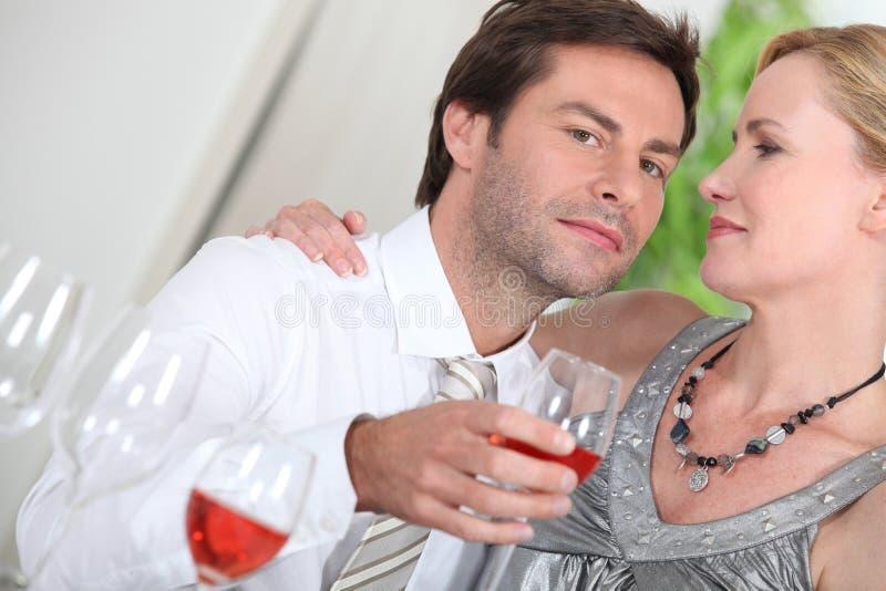Pares felices con alcohol foto de archivo libre de regalías