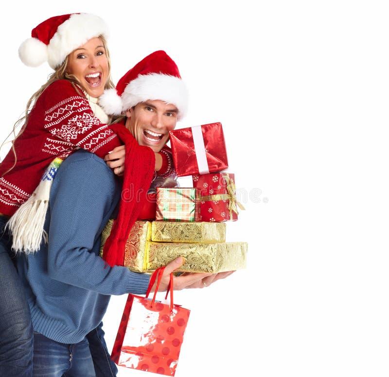 Pares felices con el regalo de Navidad. fotos de archivo libres de regalías