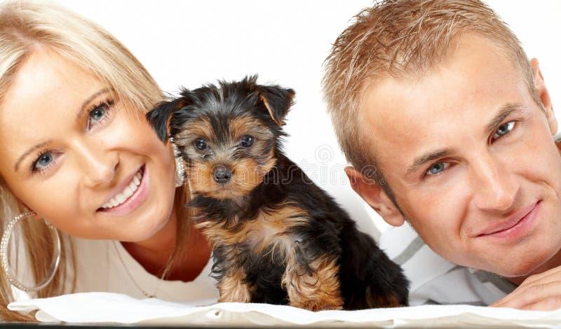 Pares felices con un perrito imagen de archivo