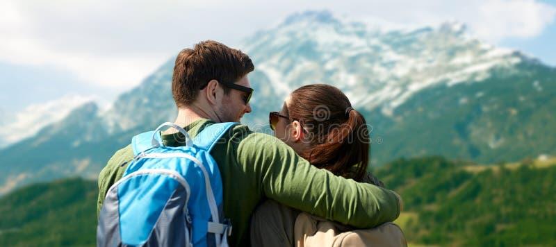 Pares felices con viajar de las mochilas imagen de archivo libre de regalías