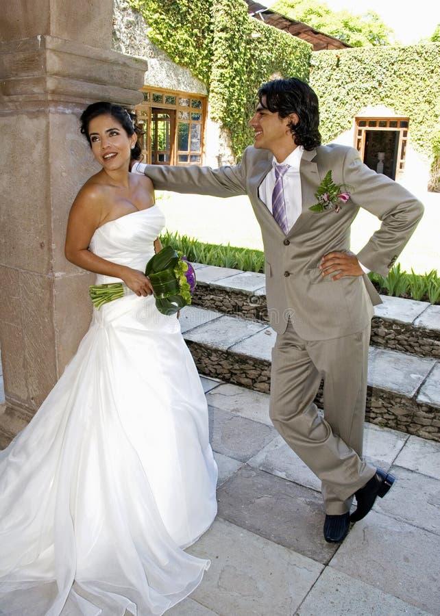 Pares felices de la boda fotos de archivo