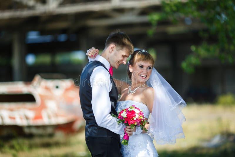 Pares felices de la boda imagenes de archivo