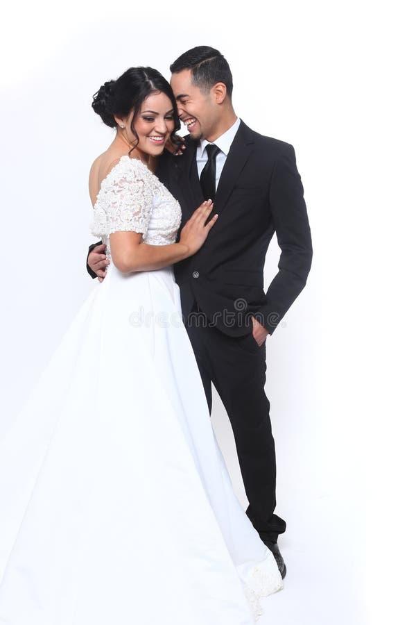 Pares felices de la boda en amor imagenes de archivo