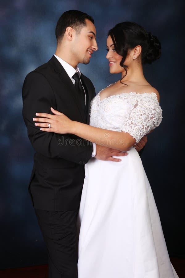 Pares felices de la boda en amor imagen de archivo