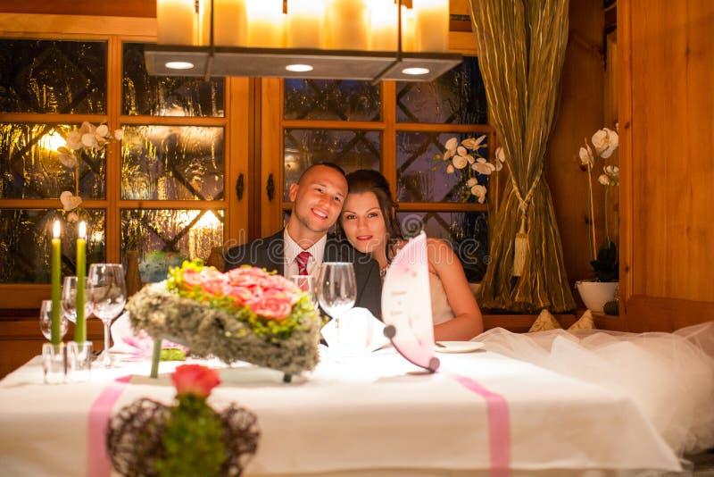 Pares felices de la boda en restaurante imagenes de archivo
