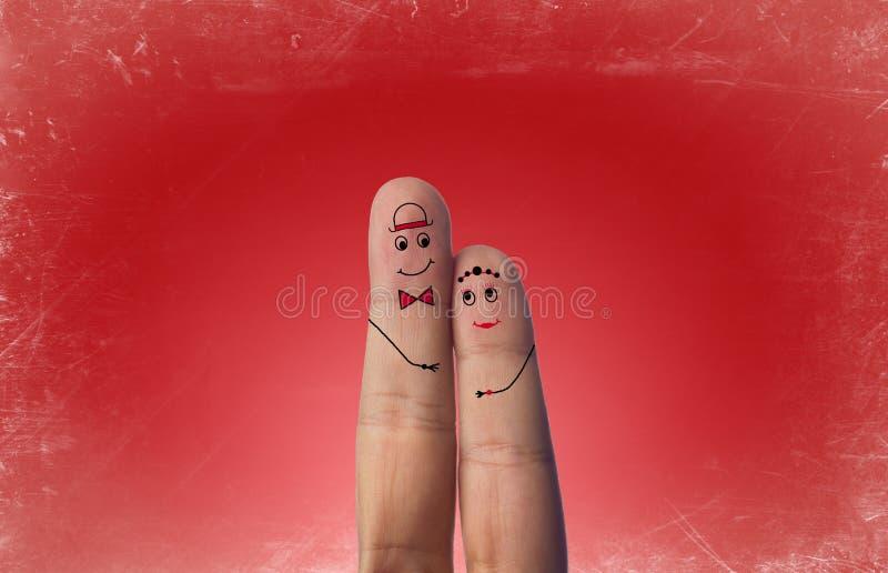 Pares felices de los fingeres en amor con smiley pintado foto de archivo libre de regalías