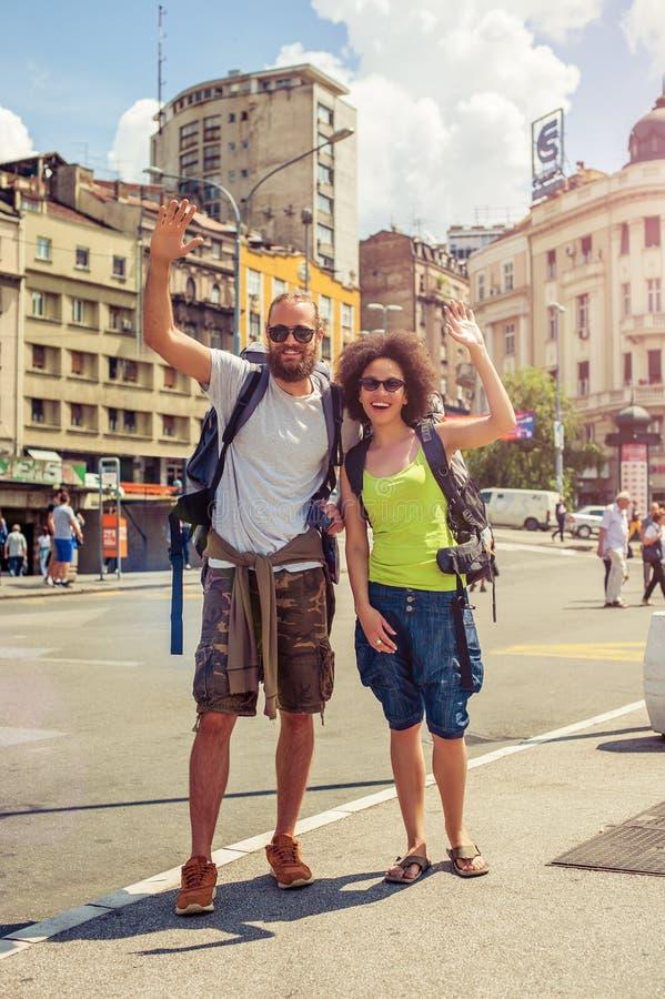 Pares felices de los turistas que disfrutan de su viaje imagen de archivo