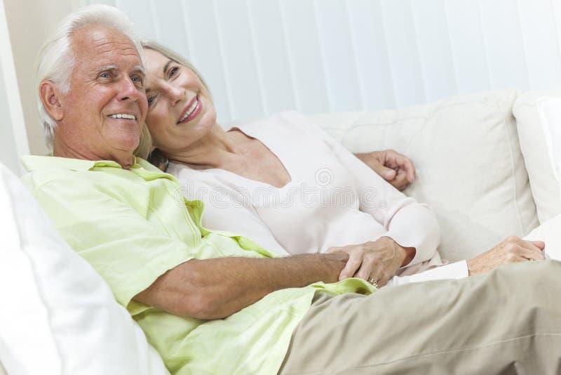 Pares felices del hombre mayor y de la mujer que sonríen en casa fotografía de archivo libre de regalías