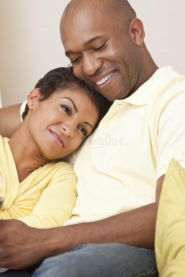 Pares felices del hombre y de la mujer del afroamericano imagen de archivo libre de regalías