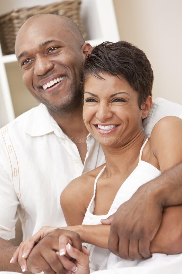 Pares felices del hombre y de la mujer del afroamericano foto de archivo libre de regalías