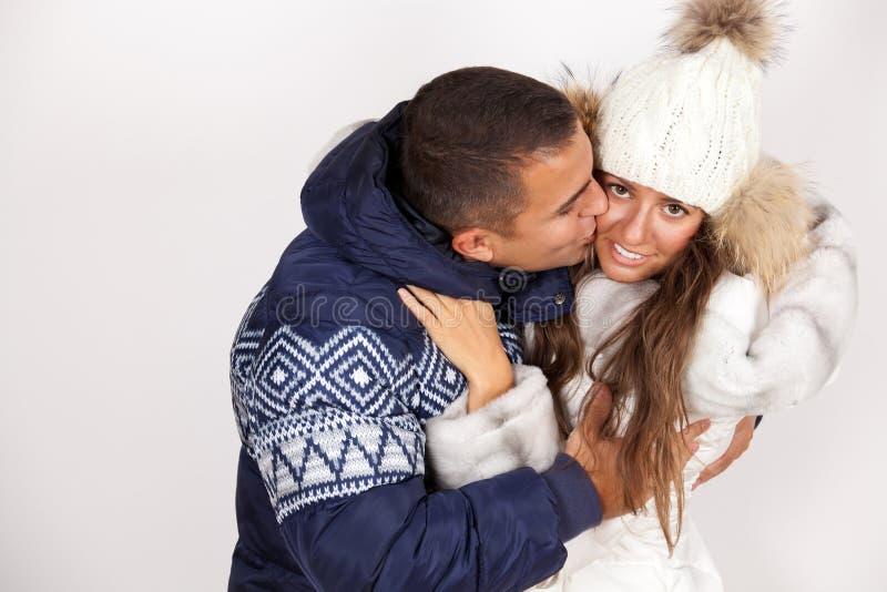 Pares felices del invierno fotografía de archivo libre de regalías