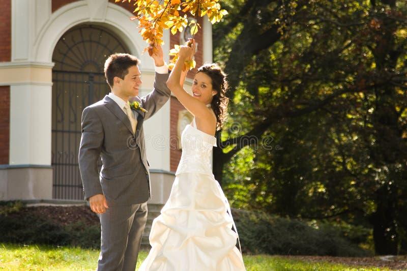 Pares felices del recién casado foto de archivo libre de regalías
