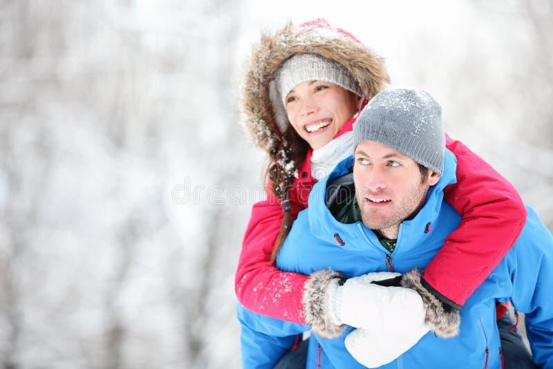 Pares felices del recorrido del invierno fotografía de archivo libre de regalías