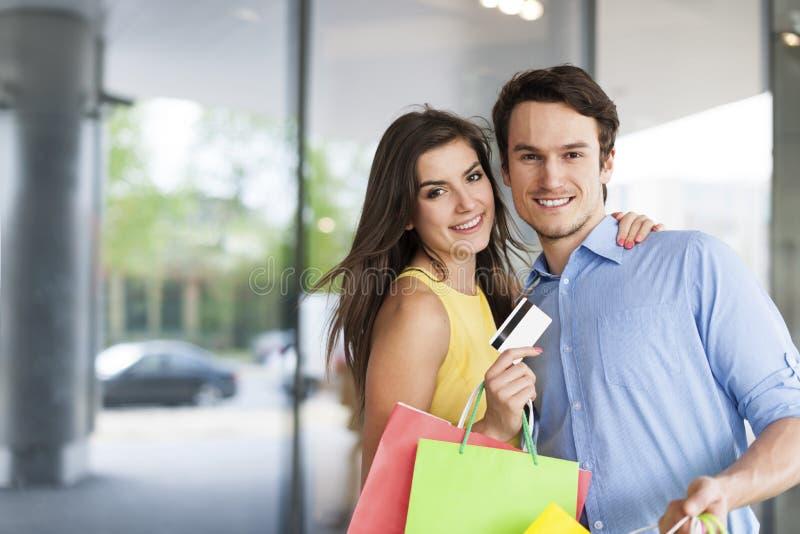 Pares felices durante compras imagen de archivo