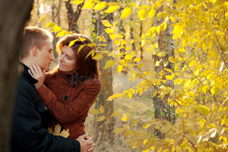 Pares felices en amor imágenes de archivo libres de regalías