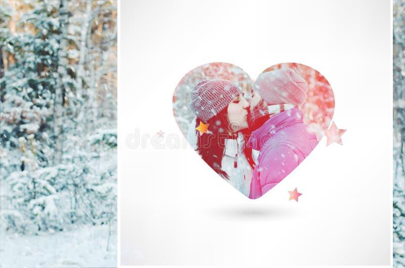 Pares felices en amor en bosque del invierno foto de archivo