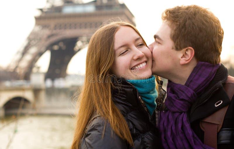 Pares felices en amor cerca de la torre Eiffel foto de archivo