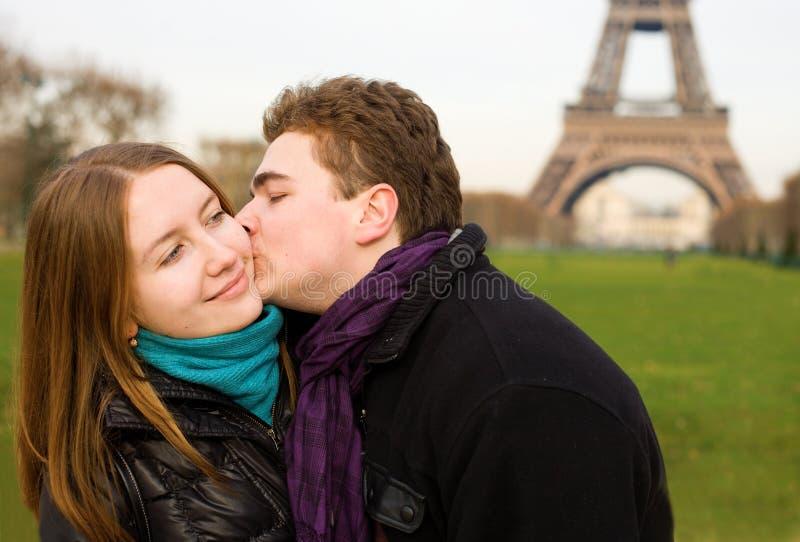 Pares felices en amor cerca de la torre Eiffel imagen de archivo libre de regalías