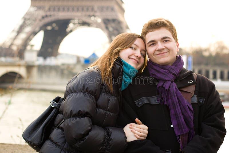 Pares felices en amor en París foto de archivo libre de regalías