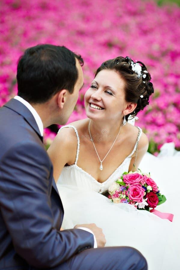 Pares felices en caminata de la boda imagen de archivo libre de regalías