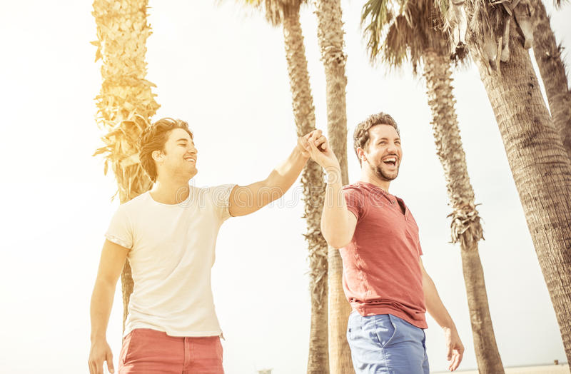 Pares felices en el amor que juega en Santa Mónica imagen de archivo