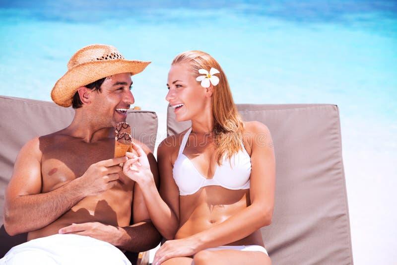 Pares felices en la playa foto de archivo libre de regalías