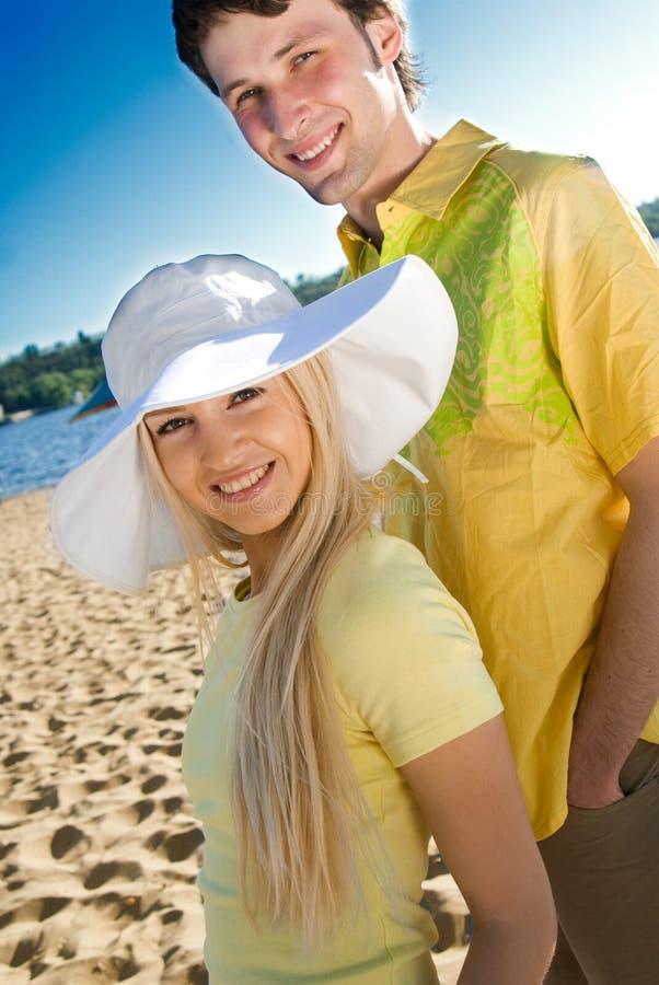 Pares felices en la playa del verano imagen de archivo libre de regalías