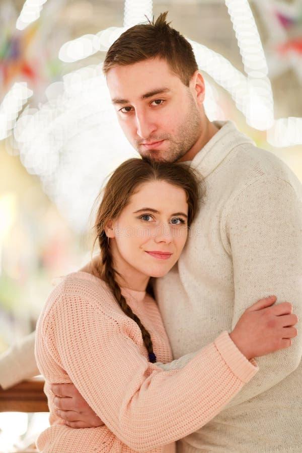 Pares felices en la reunión romántica fotografía de archivo
