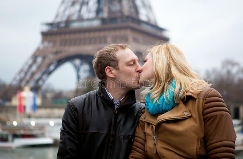 Pares felices en París fotografía de archivo libre de regalías