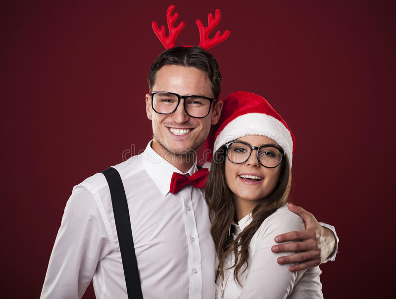 Pares felices en tiempo de la Navidad imagen de archivo