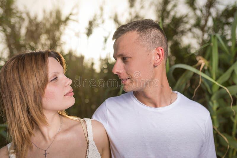 Pares felices encantadores Mujer hermosa rom?ntica foto de archivo libre de regalías