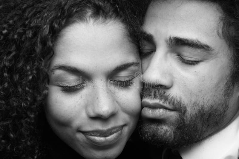 Pares felices hermosos del amor delante de un fondo imagen de archivo