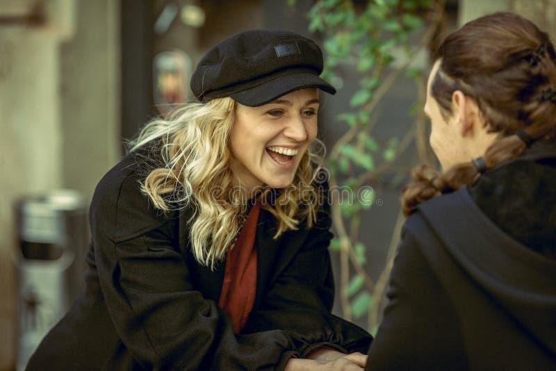Pares felices, pares jovenes sonrientes, muchacha y hombre en el tiempo del amor, alegre y alegre, par en café, gran fin de seman imágenes de archivo libres de regalías