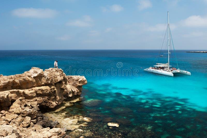 Pares felices por el mar amantes de la luna de miel Hombre y mujer en la isla Pares en amor el vacaciones Un vale para un viaje d imágenes de archivo libres de regalías