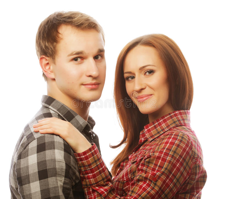 pares felices preciosos que abrazan sobre el fondo blanco fotografía de archivo