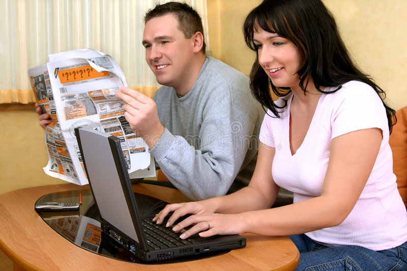 Pares felices que buscan informaciones imagen de archivo libre de regalías