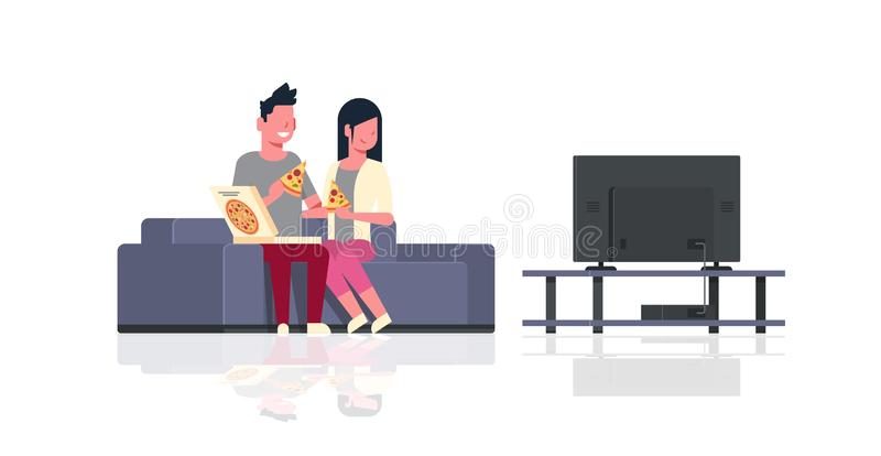 Pares felices que comen a la mujer del hombre de la pizza que ve la TV el sentarse el día de fiesta del sofá para relajar persona stock de ilustración